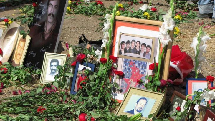 Massengräber von politischen Gefangenen, die im Sommer 1988 hingerichtet wurden, auf dem Friedhof Khavaran in Teheran; Foto: DW/S. Montazari