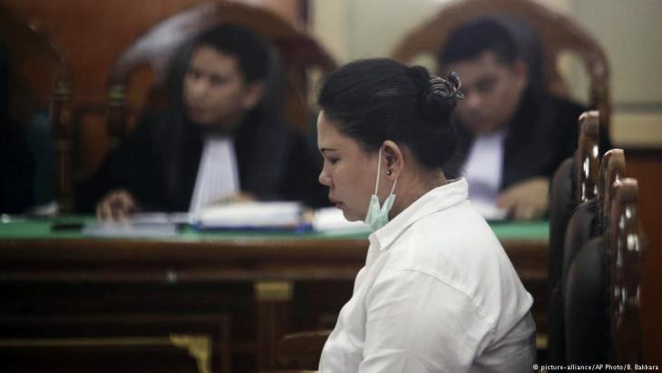 Die Buddhistin Meiliana bei einer Anhörung vor einem Gericht in Medan, Nord-Sumatra, am 21.08.2018; Foto: picture-alliance/AP Photo/B. Bakkara