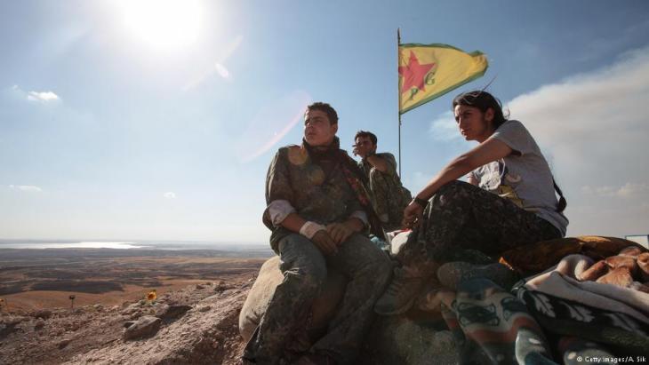 Einheiten der kurdischen YPG an einem Außenposten von Ain al-Arab, Syrien; Foto: Getty Images/A.Sik