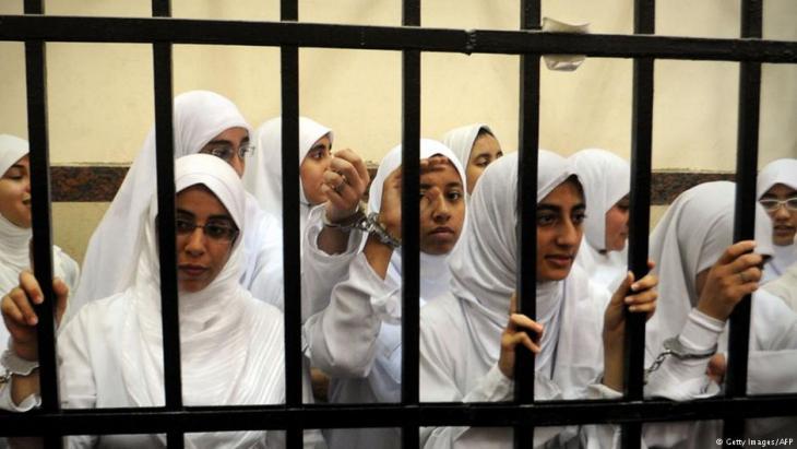 Weibliche Inhaftierte der Muslimbruderschaft vor einem Gericht in der ägyptischen Hafenstadt Alexandria am 27. November 2013; Foto: Getty Images/AFP
