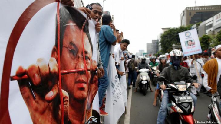 """Islamistische Hardliner protestieren gegen die Haftentlassung des christlichen Ex-Gouverneurs """"Ahok"""" in Jakarta, Indonesien; Foto: Reuters/D. Whiteside"""