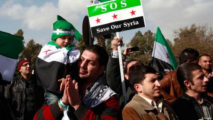 Syrische Oppositionelle protestieren gegen das Assad-Regime vor dem Gebäude der Arabischen Liga in Kairo im Jahr 2012; Foto: Reuters