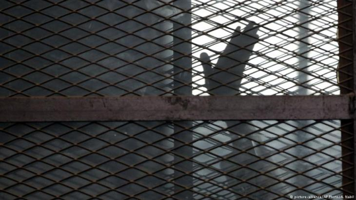Inhaftiertes Mitglied der Muslimbruderschaft in einem Käfig im Gerichtssaal des Torah-Gefängnisses am 22. August 2015; Foto: picture-alliance/AP/A. Nabil