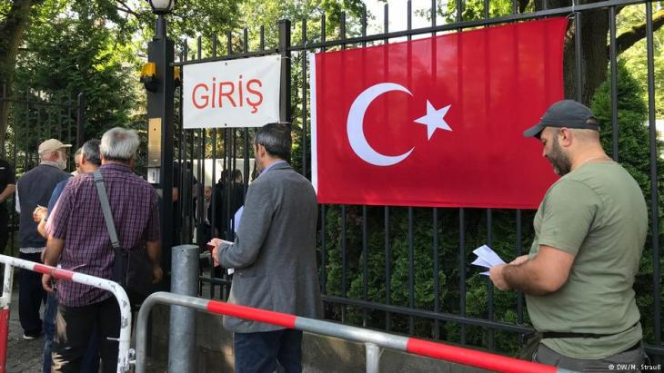 Türkische Wähler vor dem türkischen Konsulat in Berlin vor der Stimmabgabe anlässlich der türkischen Präsidentschaftswahlen am 7.6.2018; Foto: DW/M. Strauß