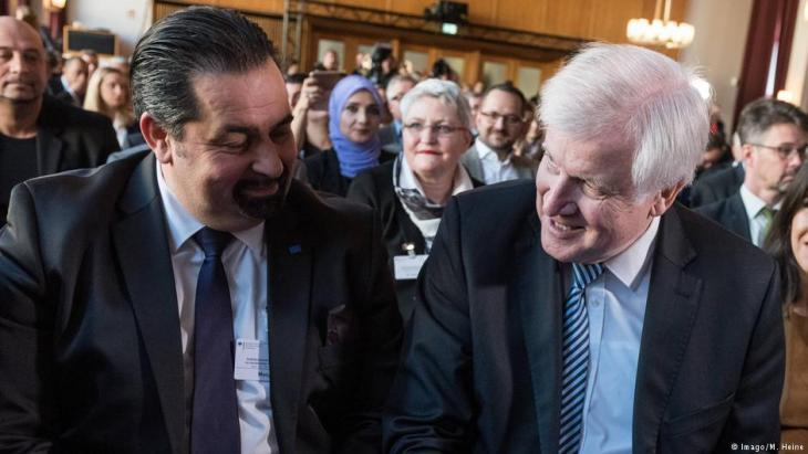 Aiman Mazyek, Vorsitzender des Zentralrats der Muslime, und Horst Seehofer, Bundesminister des Innern von Germanyʹs Christlich-Soziale Union (CSU), bei der Auftaktveranstaltung der 4. Deutschen Islamkonferenz, die nach Wegen für ein erfolgreiches Zusammenleben von Muslimen und Nicht-Muslimen sucht, am 28.11.2018 in Berlin (Foto: Imago/M. Heine).