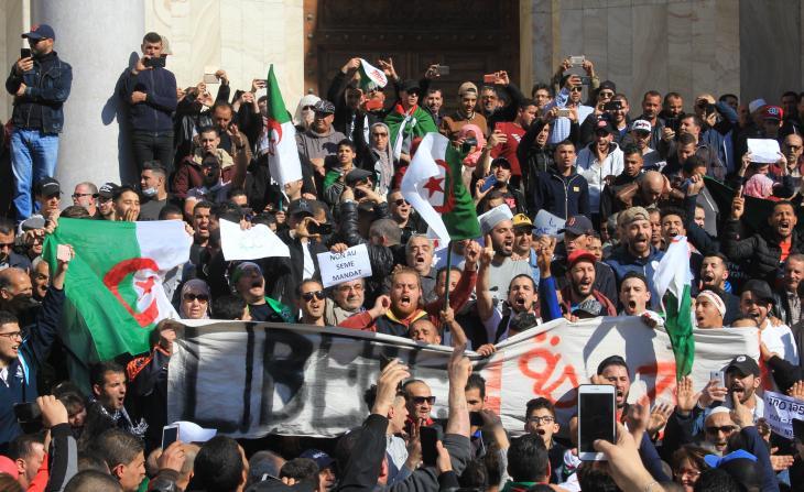 Demonstranten in Algerien bei einem Marsch nahe der Grande Poste in Alger centre. Foto: Sofian Philip Naceur