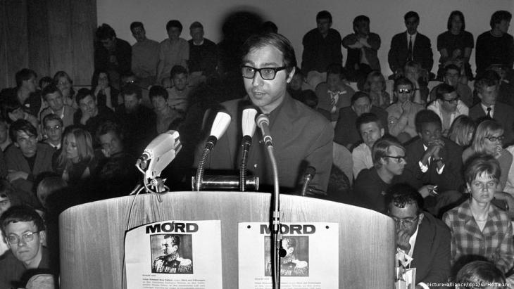 Bahman Nirumand spricht an der FU im Jahr 1967; Foto: picture-alliance/dpa