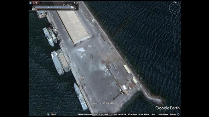 Das Satellitenbild vom März 2017 zeigt Kriegsschiffe aus deutscher Produktion im Hafen von Assab (Eritrea). Foto: Google Earth