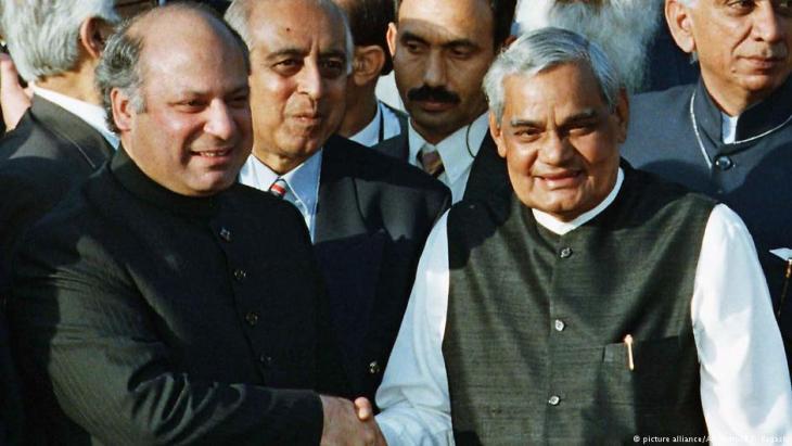 Trügerische Harmonie 1999: Wenige Monate nach dem Treffen zwischen dem damaligen pakistanischen Regierungschef Sharif und seinem indischen Amtskollegen Vajpayee begann Pakistan den sogenannten Kargil-Krieg in Kaschmir