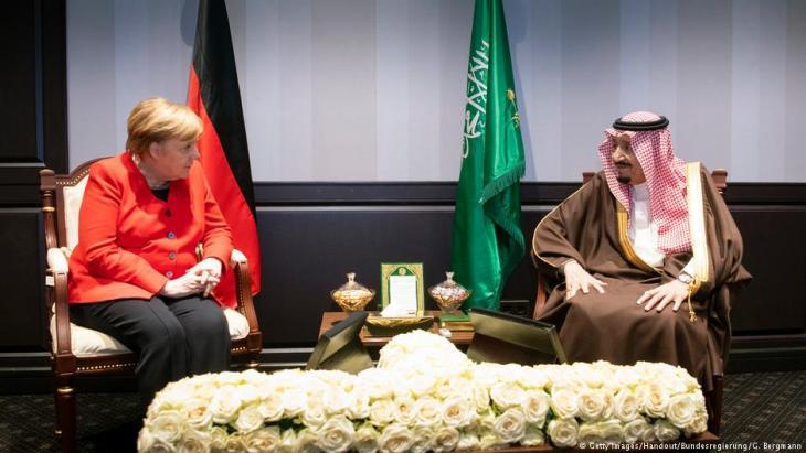 Die deutsche Kanzlerin Angela Merkel im Gespräch mit dem saudischen König Salman bin Abdulaziz Al Saud auf dem Gipfel der Europäischen Union und der Arabischen Liga im ägyptischen Küstenort Scharm el-Scheich  am 25. Februar 2019; Foto: Getty Images/Handout/Bundesregierung/G. Bergmann