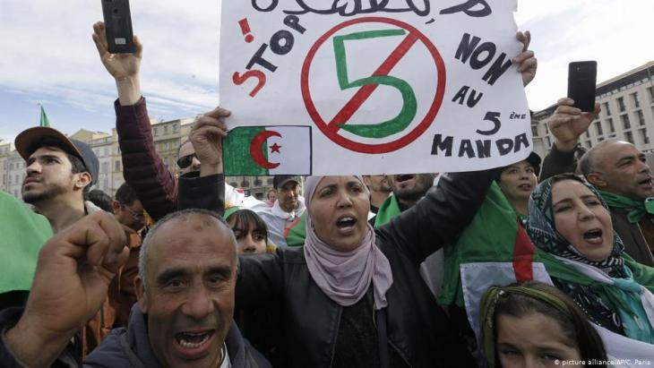 Algerier demonstrieren gegen eine fünfte Amtszeit Bouteflikas; Foto: picture-alliance/AP