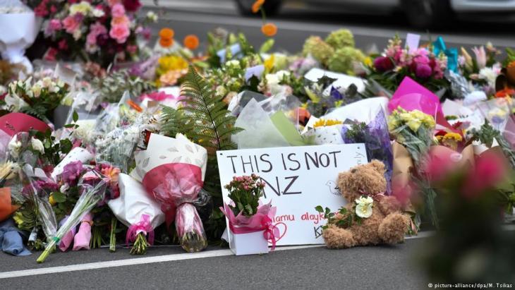 Blumen und Plüschtiere vor der Al-Noor-Moschee in Christchurch; Foto: picture-alliance/dpa/M.Tsikas