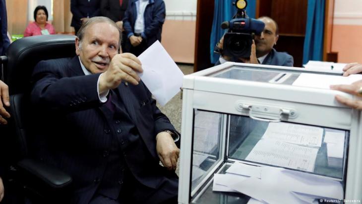 Präsident Abdelaziz Bouteflika bei der Abgabe seiner Stimme zur Parlamentswahl 2017. Foto: (Reuters/Z. Bensemra)