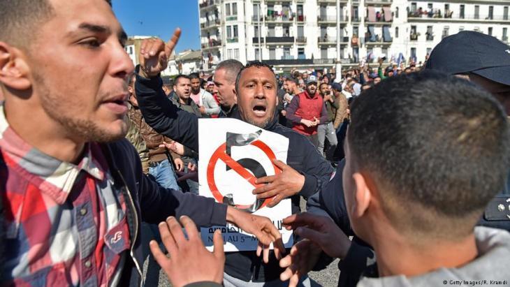 Algerische Demonstranten protestieren gegen eine fünfte Amtszeit Bouteflika am 22. Februar 2019 in Algiers; Foto: Getty Images/R. Kramdi