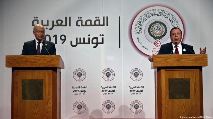 Ahmed Aboul Gheit und Khemaies Jhinaoui sprechen während des Arabischen Gipfels über die Golanhöhen-Entscheidung der USA in Tunis am 31. März 2019; Foto: picture-alliance/AP
