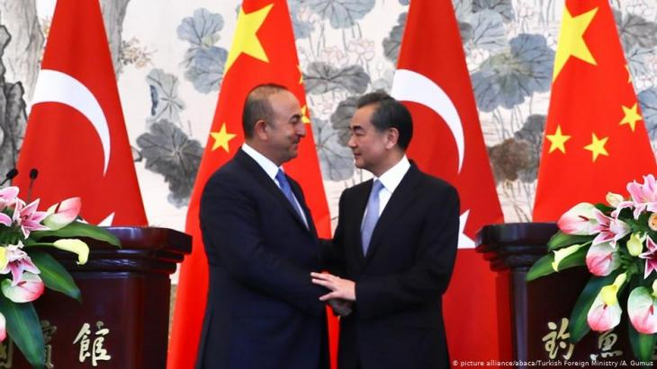 Der türkische Außenminister Mevlüt Cavuşoğlu (l.) und Chinas Außenminister Wang Yi  nach einer gemeinsamen Pressekonferenz am 3. August 2017 in Peking; Foto: picture alliance/abaca/Turkish Foreign Ministry /A. Gumus