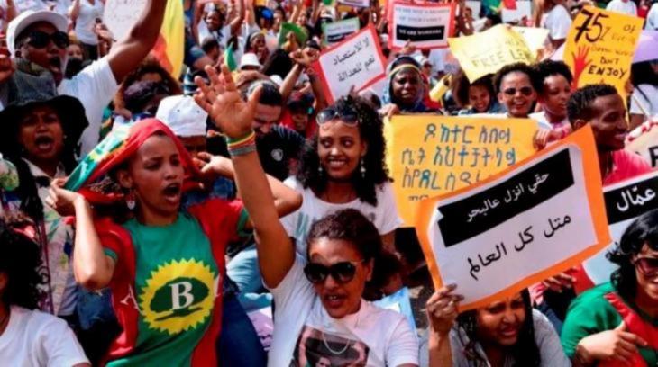 Hunderte gingen am 24. Juni auf die Straßen in Beirut, um gegen das Kafala-System zu demonstrieren. Dieses beraubt Gastarbeiter ihrer Rechte und macht sie von ihren Arbeitgebern abhängig. | ©Antoine Abou-Diwan