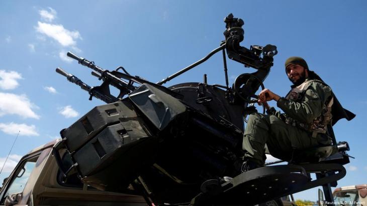 """Milizionär der  """"Libyschen Nationalarmee"""" (LNA), die von General Khalifa Haftar befehligt wird, auf dem Vormarsch von Bengasi nach Tripolis am 7. April 2019; Foto: Reuters/E.O. Al-Fetori"""