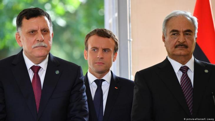 Der international anerkannte Ministerpräsident Fajis al-Sarradsch, Frankreichs Präsident Emmanuel Macron und General Khalifa Haftar im Juli 2017 bei Paris; Foto: picture-alliance/C. Liewig