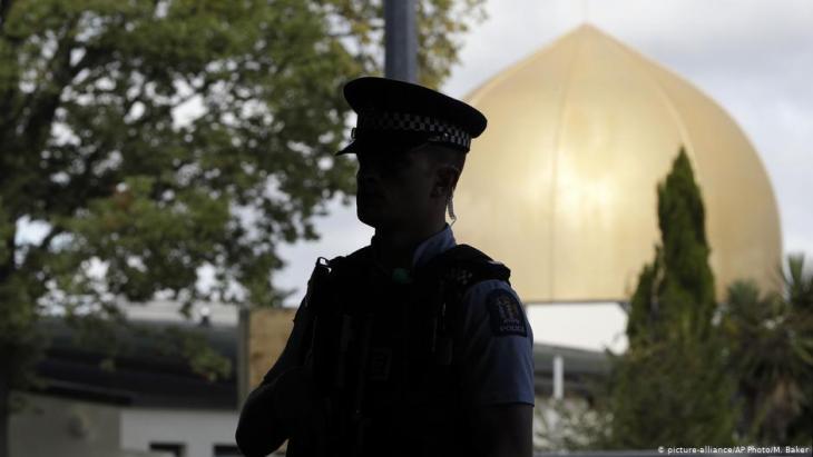 Polizist vor der Al-Noor-Moschee in Christchurch nach dem Anschlag am 15. März 2019; Foto: picture-alliance/AP