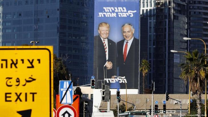 Wahlplakat in Tel Aviv zeigt Israels Ministerpräsident Benjamin Netanjahu und US-Präsident Donald Trump; Foto: Getty Images/AFP