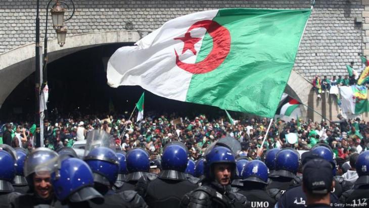 Volk gegen Staatsgewalt: Polizisten sichern die Demonstration in Algier. Foto: Getty Images/AFP