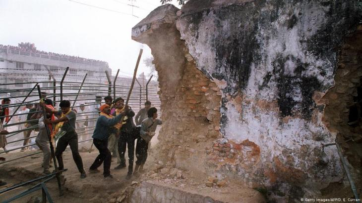 Radikale Hindus zerstören am 6. Dezember 1992 die Babri-Moschee in Ayodhya; Foto: Getty Images/AFP/D .E. Curran