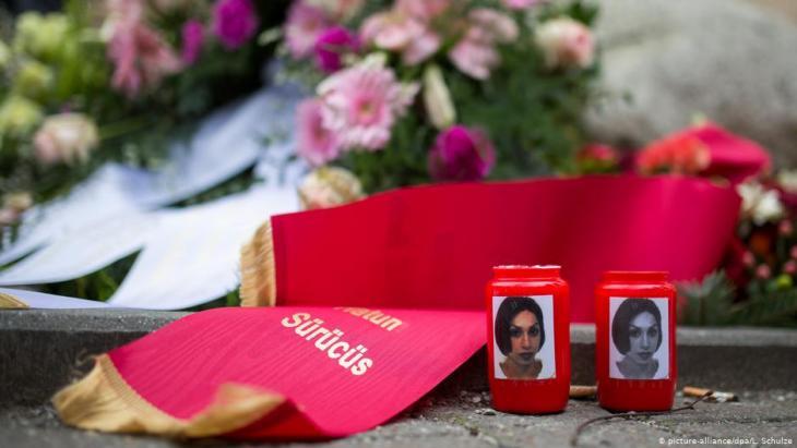 Kerzen stehen am 7. Februar 2015 am Gedenkstein von Hatun Aynur Sürücü in Berlin; Foto: picture-alliance/dpa