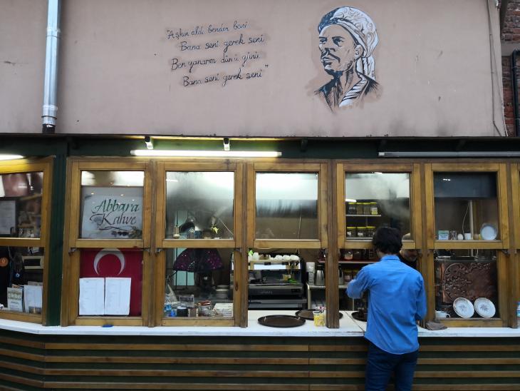 Yunus Emre an der Wand eines Istanbuler Teehauses im Stadtteil Üsküdar mit zwei seiner berühmtesten Gedichtverse; Foto: Marian Brehmer