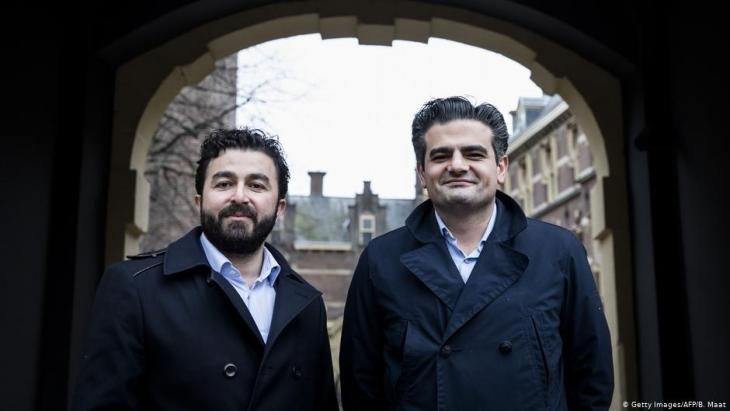 """Die beiden """"Denk""""-Politiker Tunahan Kuzu (r.) und Selçuk Öztürk  in Den Haag am 23. Februar 2017; Foto: Getty Images/AFP/B. Maat"""