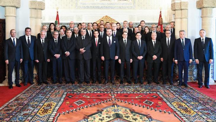 marokkos neue Regierung unter Premier Saadeddine Othmani gemeinsam mit Mohammed VI. im Königspalast von Rabat, Marokko, am 5. April 2017; Foto: picture-alliance/AP