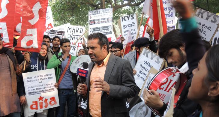 Studenten in Neu Delhi protestieren gegen die politische Einflussnahme der RSS auf dem Campus sowie gegen die willkürliche Änderungen der Lehrpläne; Foto: Dominik Müller