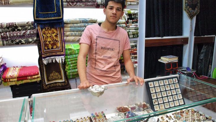 Schmuck-Verkäufer Ahmed Ali aus Najaf; Foto: Judit Neurink/Deutsche Welle
