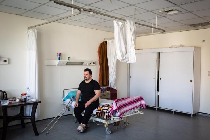 Mohammed erlitt schwere Verletzungen am Bein, als im Jahr 2006 Unbekannte auf das Haus seiner Familie in Bagdad feuerten; Foto: Philipp Breu