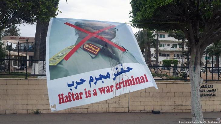 """""""Haftar ist ein Kriegsverbrecher"""" - Plakat in der libyschen Hauptstadt Tripolis im Mai 2019; Foto: picture-alliance/dpa"""