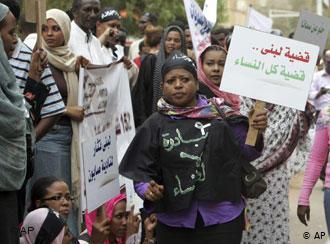 Frauen-Solidaritätsdemonstration für Lubna Hussein am 4. August 2009 in Khartum; Foto: AP/Abd Raouf