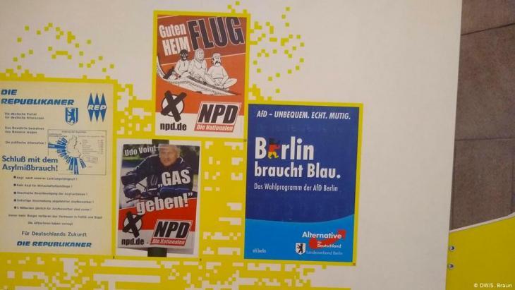 """Wahlplakete der Republikaner, der NPD und der AfD auf der Ausstellung """"Immer wieder? Extreme Rechte und Gegenwehr in Berlin seit 1945""""; Foto: DW/S.Braun"""