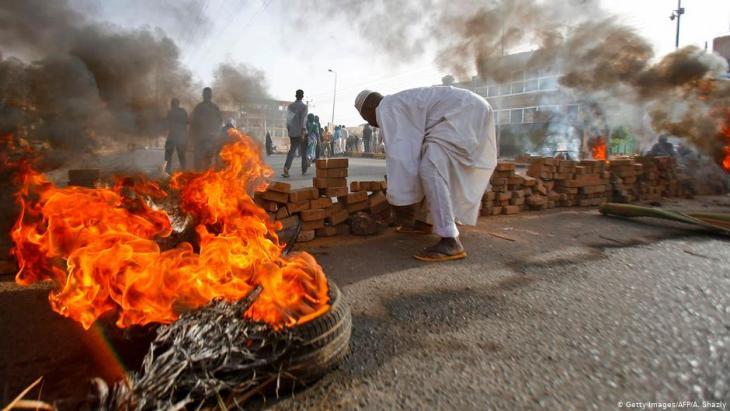 Brennende Autoreifen und Barrikaden in der sudanesischen Hauptstadt Khartum am 3. Juni 2019; Foto: Getty Images/AFP