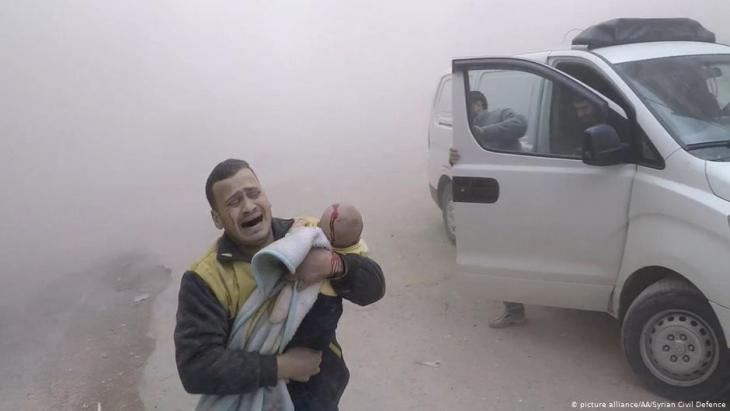 Fassbombenabwurf in Ost-Ghouta bei Damaskus; Foto: picture-alliance/dpa