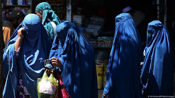 Afghanische Frauen mit Burkas; Foto: W. Kohsar/AFP/Getty Images