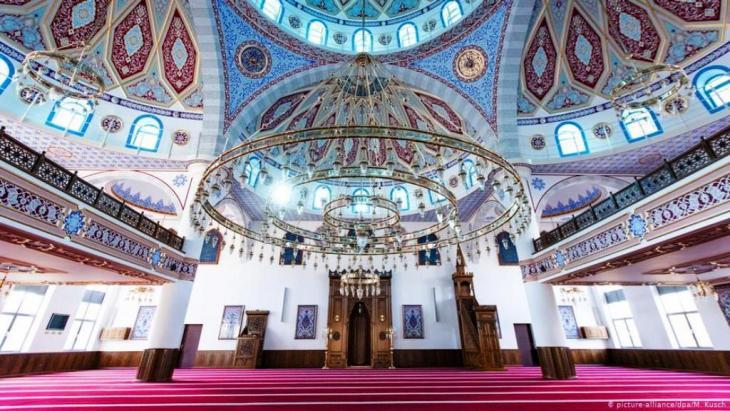 Blick an die Decke im Innenraum der Ditib-Merkez-Moschee in Duisburg. Sie gehört zu den größten islamischen Gotteshäusern in Deutschland. ( Foto: picture-alliance/dpa/M. Kusch)