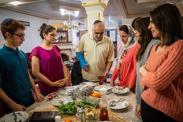 Die Familie Musazadeh feiert am Freitagabend Sabbat; Foto: Jan Schneider