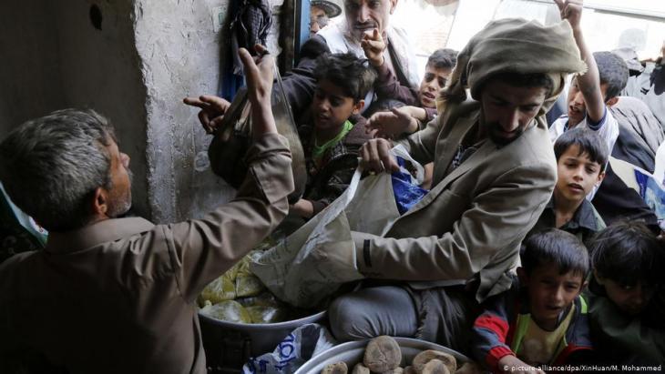 Lebensmittelverteilzentrum für die notleidende Zivilbevölkerung in der jemenitischen Hauptstadt Sanaa; Foto: picture-alliance/dpa