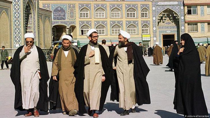 Iranische Geistliche vor der religiösen Schule von Faizeh in der heiligen Stadt Ghom; Foto: dpa/picture-alliance