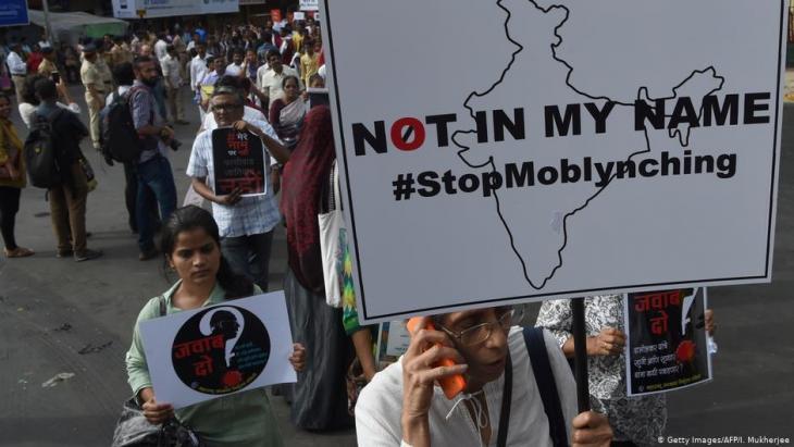 Demonstranten protestieren gegen die Ermordung von Angehörigen der indischen Minderheiten am 3. Juli 2017 in Mumbai; Foto: Getty Images/AFP/I. Mukherjee