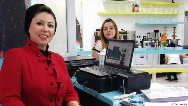 """Adra Adel-Abid und ihre Tochter Mays im Café """"La Femme"""" in Bagdad, Irak; Foto: DW/Judit Neurink"""