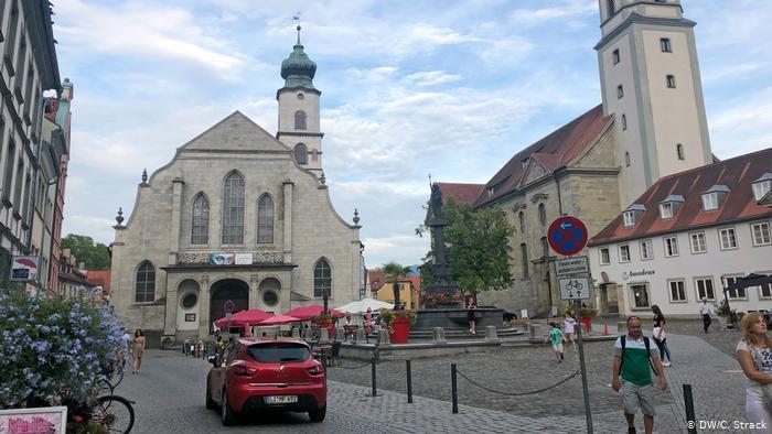 Im Zentrum der Insel Lindau: die evangelische und die katholische Kirche der Stadt; Foto: DW