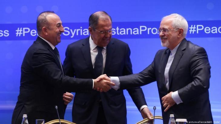 2018 hatten sich die Außenminister Mevlut Cavusoglu (Türkei, l.), Sergej Lawrow (Russland, M.) und Javad Zarif (Iran) auf das Abkommen zu Idlib verständigt