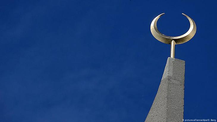 Goldener Halbmond Minarett Zentralmoschee in Köln (picture-alliance/dpa/O. Berg)