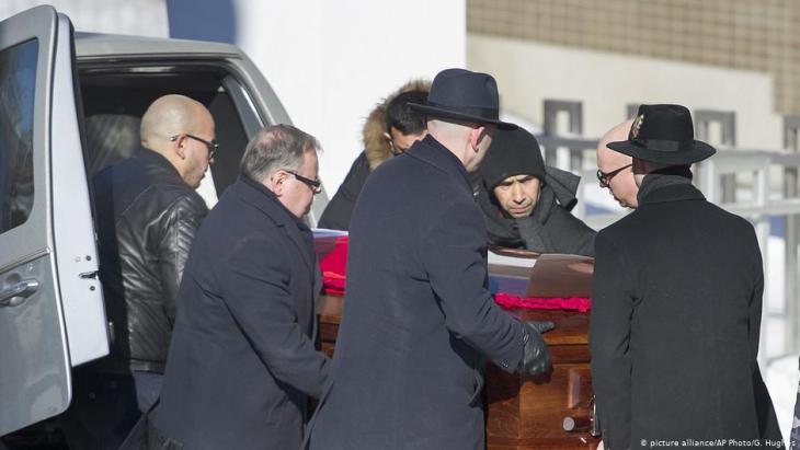 Ein Sarg mit einem der Opfer des bewaffneten Angriffs auf Betende in einer Moschee in Québec City während des Transports nach Montreal am 2. Februar 2017; Foto: picture alliance/AP Photo/G. Hughes